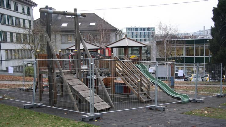 Der Kletterturm wird demontiert und allenfall kann die Rutschbahn dessen Platz einnehmen.