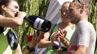Ironman-Switzerland-Gewinner Jan van Berkel und Sarah Meier (gönnt sich einen Schluck Champagner) heiraten am Freitag
