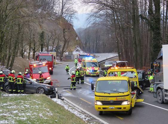 Nach dem schweren Unfall auf der Staffeleggstrasse oberhalb von Küttigen rückten die Rettungskräfte mit einem Grossaufgebot aus.