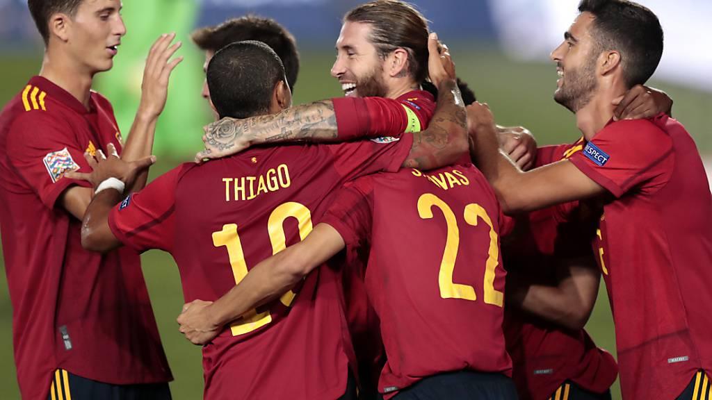 Sergio Ramos (Mitte) lässt sich nach seinem Kopfball-Lob zum 2:0 feiern