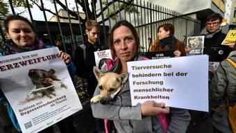 Vor dem Strafgericht protestierten Aktivisten gestern gegen Tierversuche.