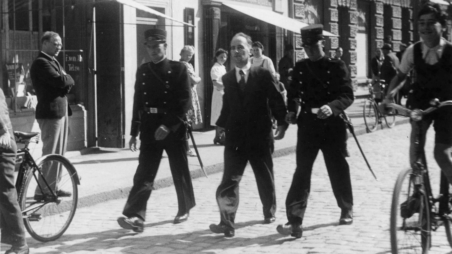 Hans Vollenweider auf dem Weg zum Gericht in Sarnen, wo er später zum Tod verurteilt wird.