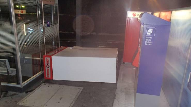 Der demolierte Fotoautomat am Bahnhof Oberentfelden