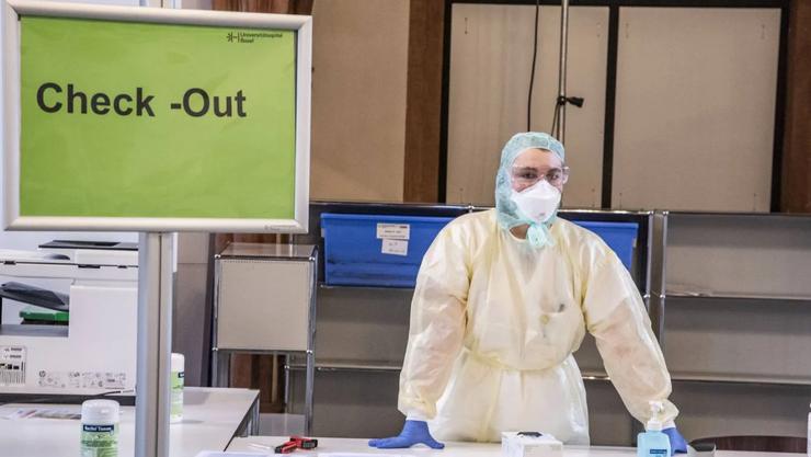 Auch das Universitätsspital Basel lagert unzählige Masken. Sprecher Nicolas Drechsler sagt: «Pro Tag verbrauchen wir locker 10000 Stück, besonders da jetzt alle Kliniken wieder geöffnet sind.»