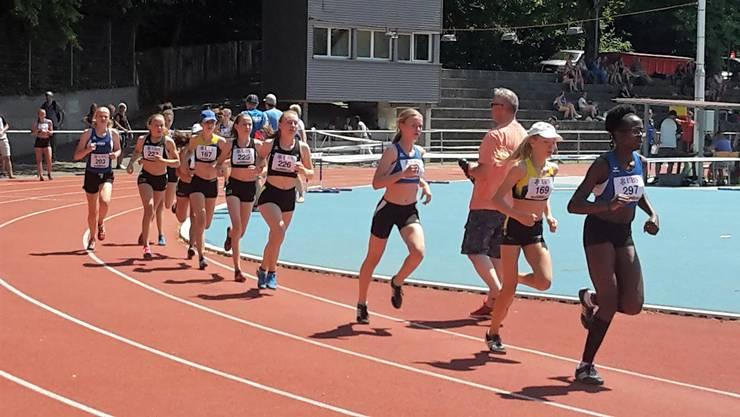 In der Hitze liefern sich die Mädchen im Sprint einen spannenden Wettstreit am diesjährigen «Mietrup-Cup» in Baden.