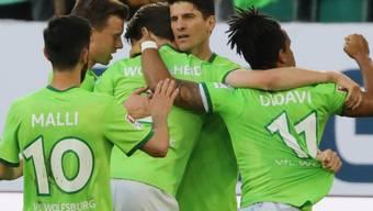 Mario Gomez lässt sich nach seinem Penalty-Tor gegen die Eintracht Braunschweig feiern