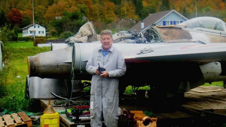 Der Vorbesitzer Robert Seckler mit dem Flugzeug in Pieterlen