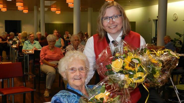 Die Musikantin Brigitte Koch übergab der 90-jährigen Marie Wildi einen Blumenstrauss.