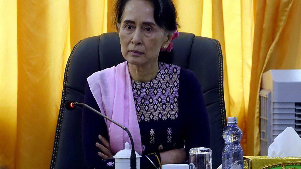 Aung San Suu Kyi hört in der Unruheregion Rakhine Vertretern der lokalen Bevölkerung zu