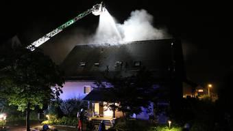 Brand in Männedorf: Eine Frau musste mit Verdacht auf Rauchgasvergiftung ins Spital gebracht werden.