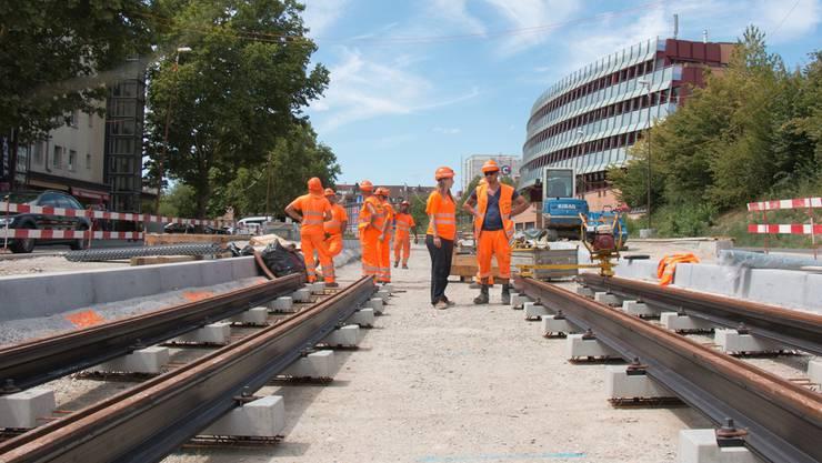 Die erste Limmattalbahn-Bau-Etappe läuft bereits. Derweil wird diskutiert, ob die Bahn auch in den Aargau führen soll.