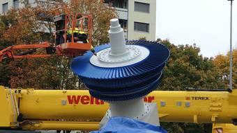 Letzter Schliff für den neuen Alstom-Kreisel – bevor der Rotor dann bis zur Einweihung verhüllt wurde.