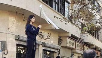 Wida Mowahed vor zwei Jahren bei ihrem Kopftuch-Protest