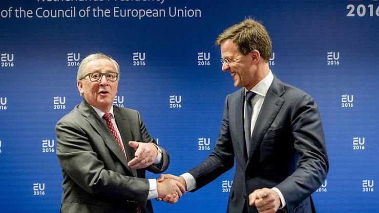 Der neue EU-Ratspräsident, Mark Rutte (r), und EU-Kommissionspräsident Jean-Claude Juncker