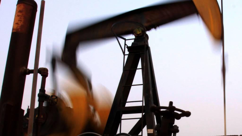 Die Drosselung der Ölförderung durch Saudi-Arabien und sinkende Lagerbestände lassen die Preise des «schwarzen Golds» wieder steigen. (Archivbild)