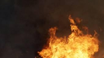 Die Frau konnte das Feuer weitgehend selbst löschen. (Symbolbild)