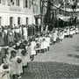 Viele Menschen säumten die Strassen auf dem Weg in die Stadtkirche: Beim Rutenzug am 11. Juli 1918 war der Himmel bewölkt. zvg