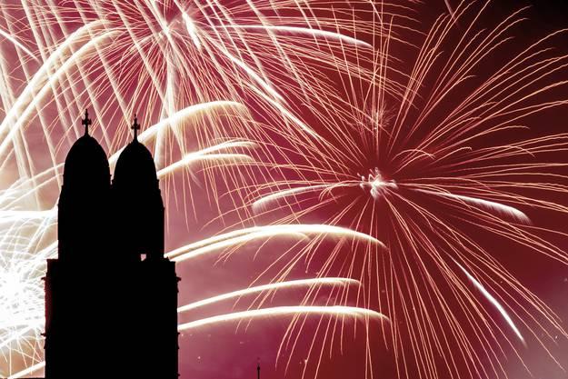 Feuerwerk illuminiert den Himmel in Zürich.