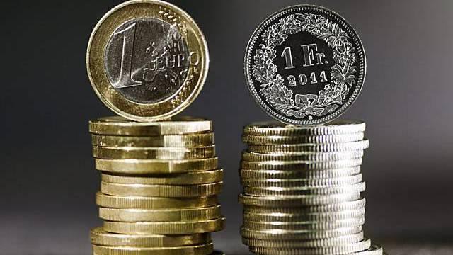 Die Schweizer Nationalbank sorgt für den Mindestkurs von Fr. 1.20 für einen Euro. (Symbolbild)