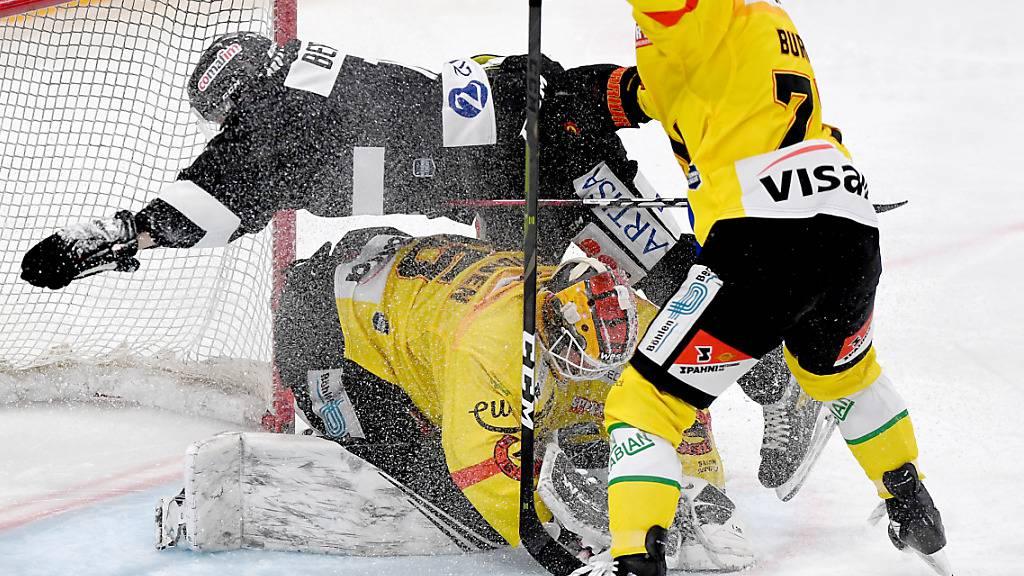 Der Berner mit dem Finnen Tomi Karhunen im Tor werden im ersten Drittel von Luganos Offensive überrumpelt