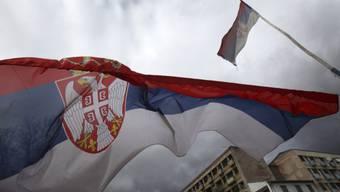 Die serbische Flagge weht in Mitrovica (Symbolbild)
