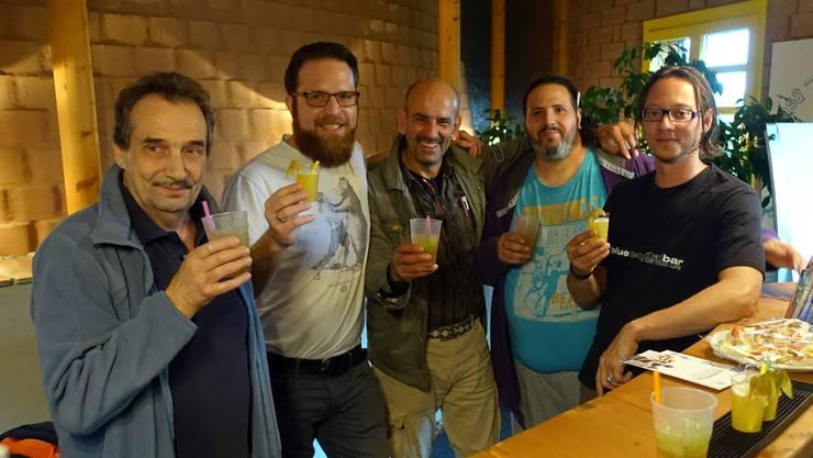 Mitarbeiter, Referent und diverse Gäste mit selber gemixten alkoholfreien Drinks