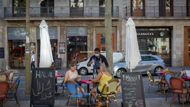 Zur Eindämmung stark steigender Corona-Infektionen hat Katalonien mit der Touristenmetropole Barcelona die Schließung aller Bars und Restaurants angeordnet. Foto: David Zorrakino/EUROPA PRESS/dpa
