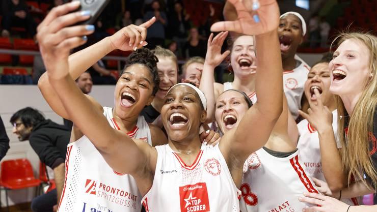 Die Basketballerinnen des BC Winterthur halten die Feierlichkeiten nach ihrem Cupsieg mit einem Gruppen-Selfie fest.