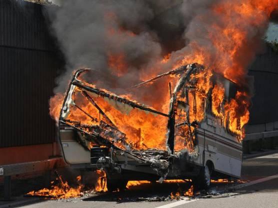 Auf der A1 bei Härkingen hat ein Wohnwagen Feuer gefangen. Die Flammen haben ihn zerstört.
