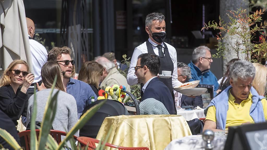 Volle Restaurant-Terrassen in Lugano: ein Bild, das sich dank Hoch «Renate» über das Wochenende in der ganzen Schweiz zeigen dürfte. (Archivbild)