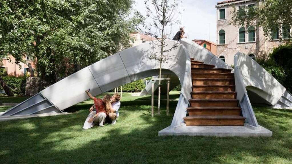 Die Fussgängerbrücke «Striatus» in Venedig, entworfen und gebaut von ETH-Architekten und -Ingenieuren der Block Research Group zusammen mit Zaha Hadid Architects und Partnern, ist vorerst nur ein Demonstrationsobjekt. Sie zeigt, wie künftig klimafreundlich gebaut werden kann (Pressebild ETH)