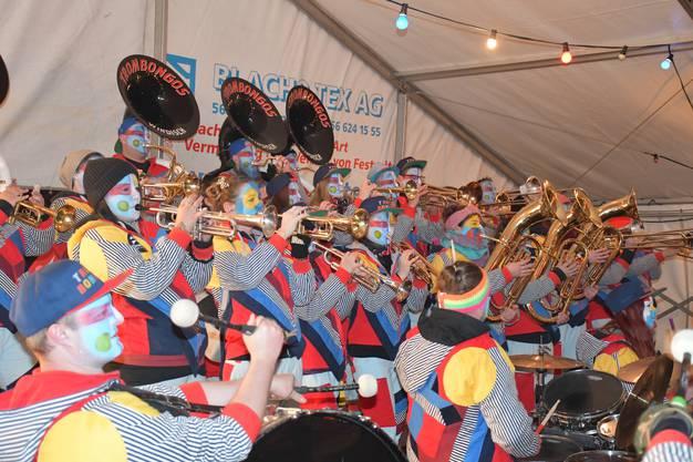 Die einheimische Guggenmusik Trombongos macht den Anfang.