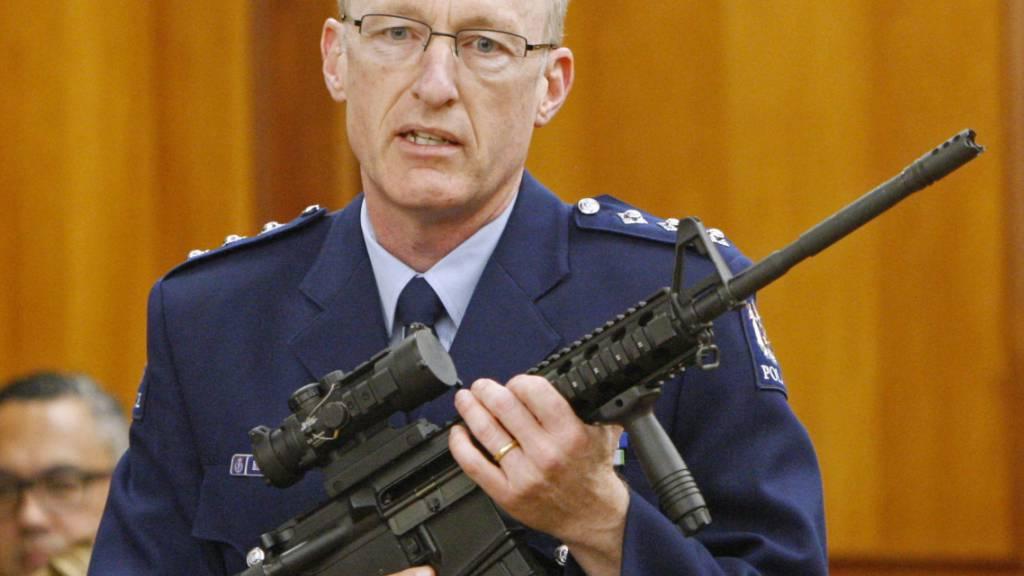 Neuseeland will den Besitz von Waffen strenger regeln. Mit einer ähnlichen Waffe, wie sie ein Polizeioffizier im Parlament vorführte, sind die Anschläge auf zwei Moscheen in Christchurch mit 51 Todesopfern verübt worden. (Archivbild)