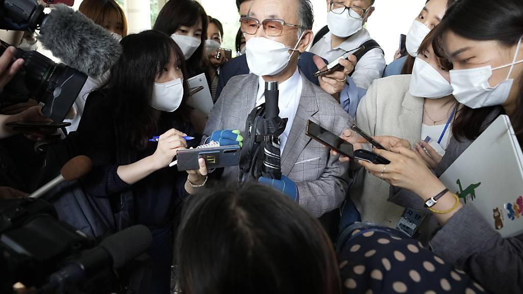Lim Chul-ho (M), Sohn eines verstorbenen Zwangsarbeiters, spricht zu den Medien vor dem zentralen Bezirksgericht in Seaoul. Foto: Ahn Young-Joon/AP/dpa