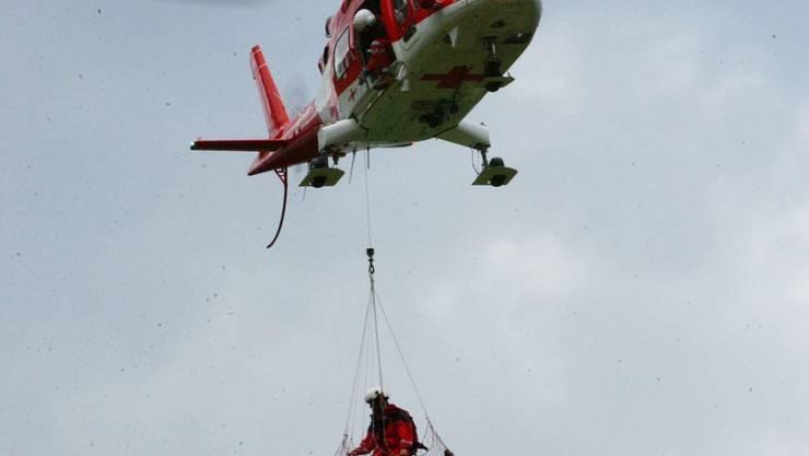 Der verletzte Pater wurde mit einem Helikopter aus einem Tobel in Nidwalden ins Spital nach Luzern geflogen. (Symbolbild)
