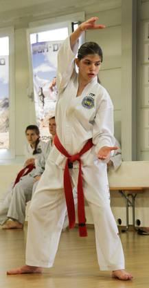 Melanie Muntwyler (13) aus Niederrohrdorf bei ihrer Prüfung zum ersten Dan.