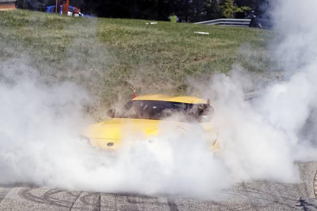 It's showtime: Mit viel Rauch begeistern die Fahrer am Bergrennen.