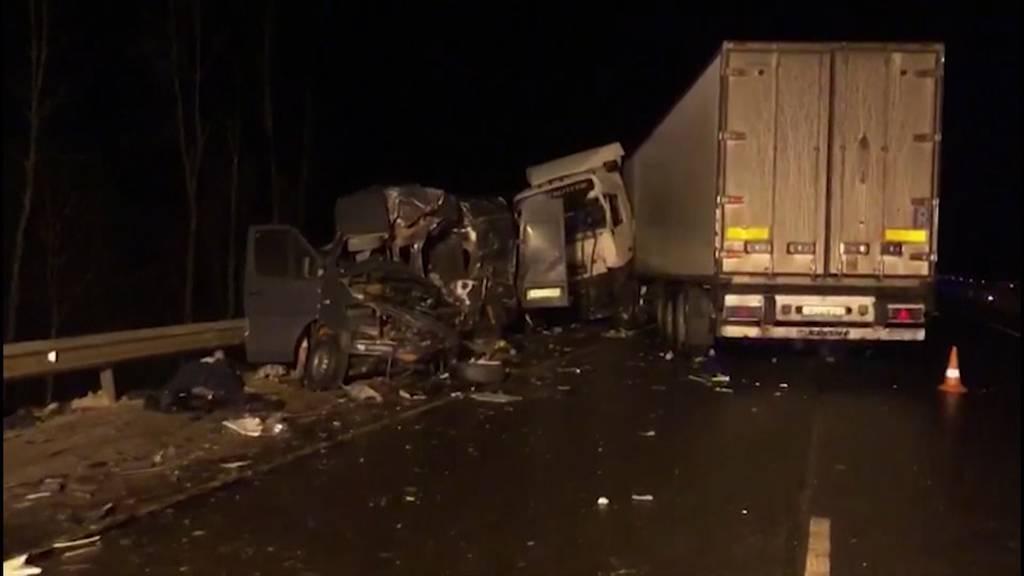 Russland: Minibus prallt in Lastwagen - acht Tote