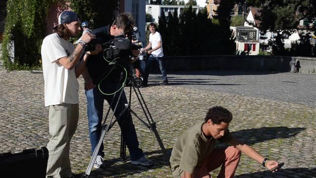 Immer und immer wieder der Refrain: Das Kamerateam inszeniert die Band in der Brugger Altstadt.