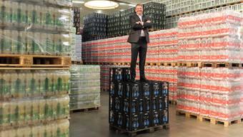 Matthias Buchenhorner auf einem Stapel mit 300 Liter Eptinger – also der Menge, welche der Armeechef als Notvorrat empfiehlt.