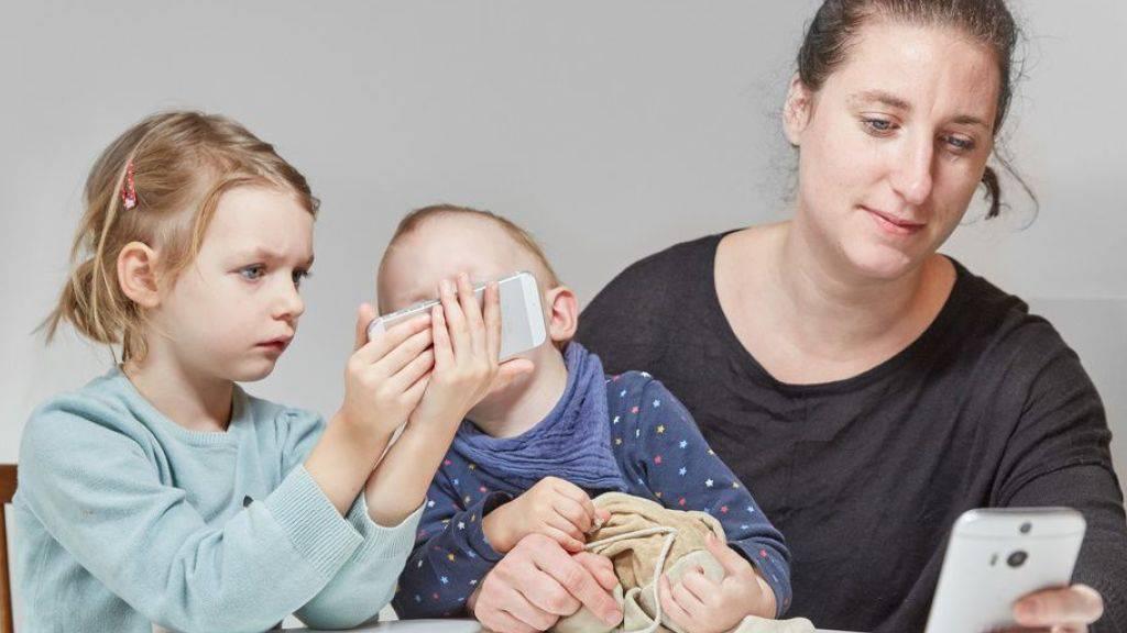 Das Handy macht Kinder zu virtuellen Waisen. Manche Babys geben es aus bitterer Erfahrung schon im Alter von vier Monaten auf, mit der Mutter in Kontakt zu treten. (Symbolbild)