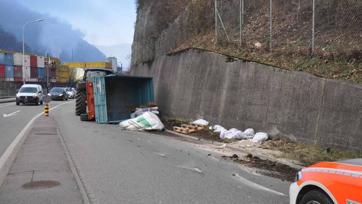 Der umgekippte Anhänger verursachte einen Rückstau. Die Hauptverkehrsachse musste während der Bergung für rund 20 Minuten komplett gesperrt werden.