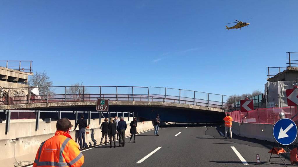 Die Brücke stürzte praktisch in einem Stück auf die Autobahn.