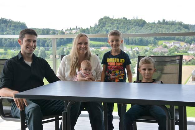 Clemens, Sandra, Lena, Kevin und Ben Noser (von links) freuen sich, ihr neues Heim endlich zu beziehen.