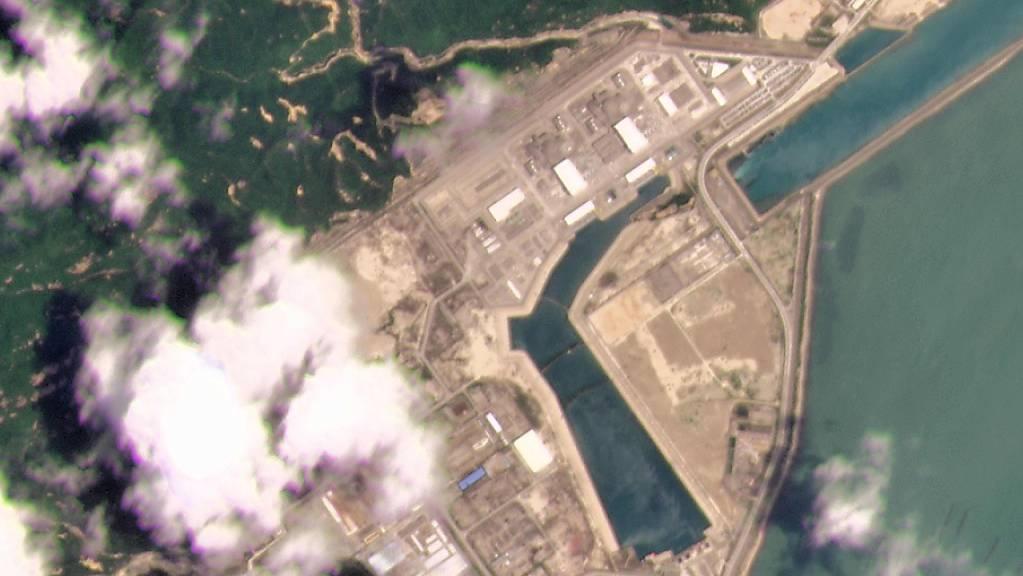 Dieses Satellitenfoto von Planet Labs Inc. zeigt das Kernkraftwerk Taishan in der Provinz Guangdong. Chinas Atomaufsicht hat ein Leck im südchinesischen Atomkraftwerk Taishan bestritten, aber Probleme mit Brennstäben eingeräumt. Foto: Planet Labs Inc./Planet Labs Inc./AP/dpa