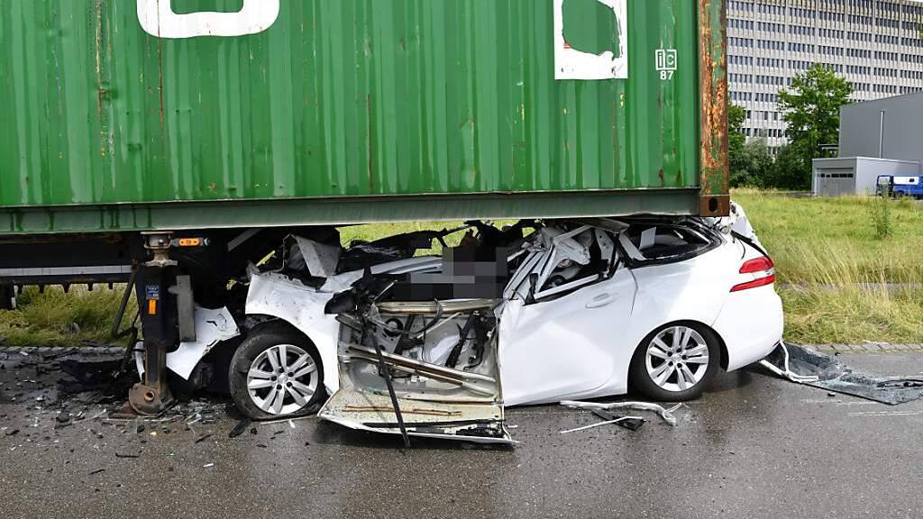Autofahrer prallt in Lupfig in Anhänger und stirbt