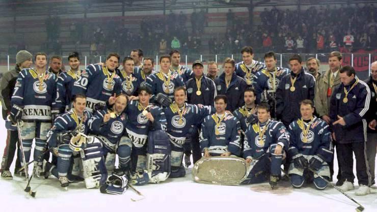 Die Mannschaft vom HC Ambri-Piotta nach dem überraschenden Continental-Cup-Sieg im Dezember 1998 im slowakischen Košice.