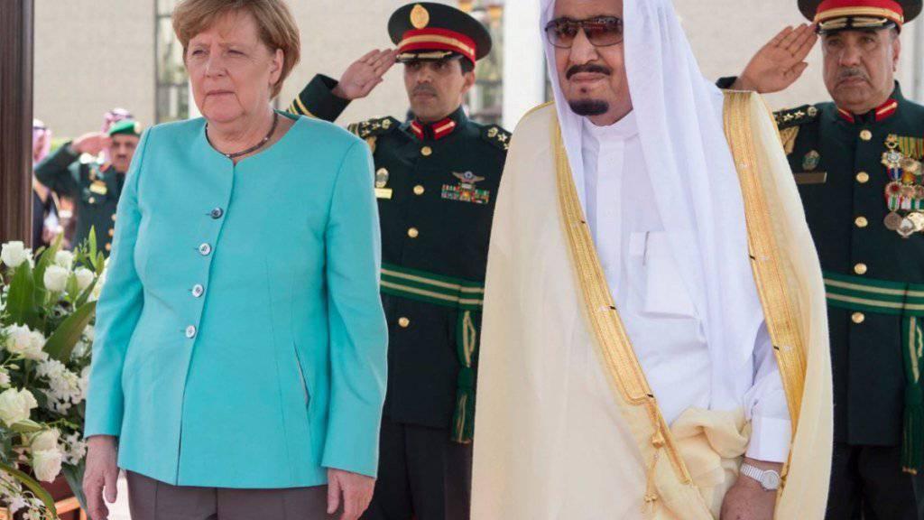 Die deutsche Regierung um Angela Merkel hat in der Nacht auf Freitag eine Lösung im Streit um die Rüstungsexporte nach Saudi-Arabien gefunden, ohne die EU-Partner vor den Kopf zu stossen. (Archivbild)