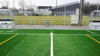 Blick vom neuen Kunstrasenfeld zur Ostseite des Sportzentrums. Dort soll rechts ein Anbau realisiert werden.