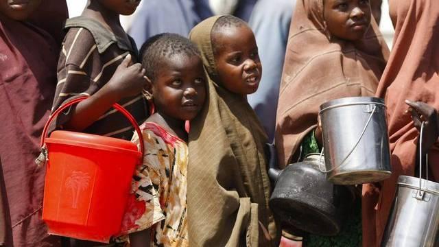 Kinder in Somalia stehen für Nahrung an (Archiv)